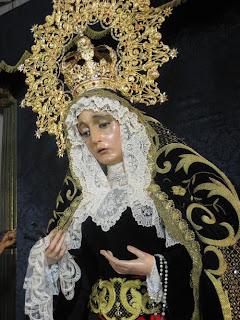 Álvaro Abril Vela viste a la Virgen de los Dolores