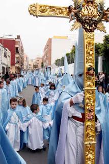Los Ángeles presenta sus credenciales en forma de nazarenos