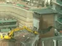解体作業中に建物が倒壊!巻き込まれた重機