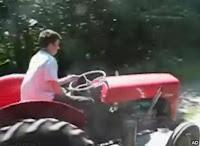 外人さんが改造したトラクターで疾走w