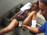 菅野美穂似の美乳女子校生が露出に挑戦!走行車内で開脚オナニー&ビルの階段で指姦