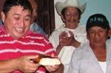 EXdiputado Edilberto Klan PRI Tenabo come pan de Rosca de Reyes. 16enero2011.
