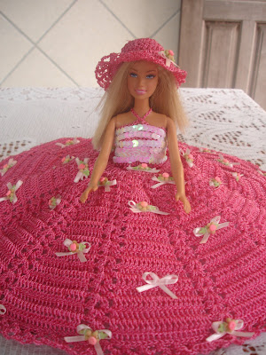 Vestido e chapéu para Barbie em crochê rosa