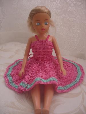 Vestido para Barbie em crochê rosa com detalhe verde