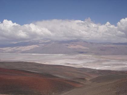 El Volcán de Antofalla de 6409 m.s.n.m., a sus pies el Salar de Antofalla.