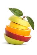 Puedes utilizar frutas de la época navideña y combinar con otras frutas. ensalada frutas
