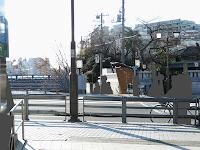 【照片:從車站北口看向位在對面馬路的神社的景像】