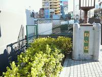 【照片:JR 山手線車站南北出口旁的橋「駒込橋」,從北口出來看過去的話,前面就是南方。】