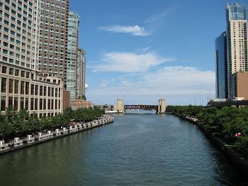 Rio que corta a cidade de Chicago