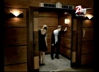 парень и девушка в лифте