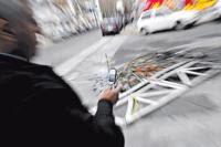 Imprudencia de los peatones pueden afectar el tránsito. La responsabilidad civil es de todos. Cuidarnos a nosotros mismos es fundamental. Educarnos y educar a nuestros hijos sobre cómo hacer un buen uso del celular también es muy importante. Peatón tecnologico: el nuevo peligro en las calles. Asesores de seguros