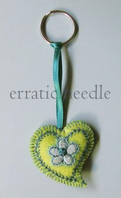 Porta-chaves em forma de coração em feltro bordado