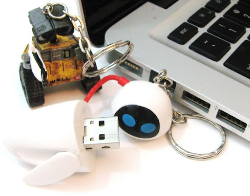 Super cute WALL-E and EVE Flash drives