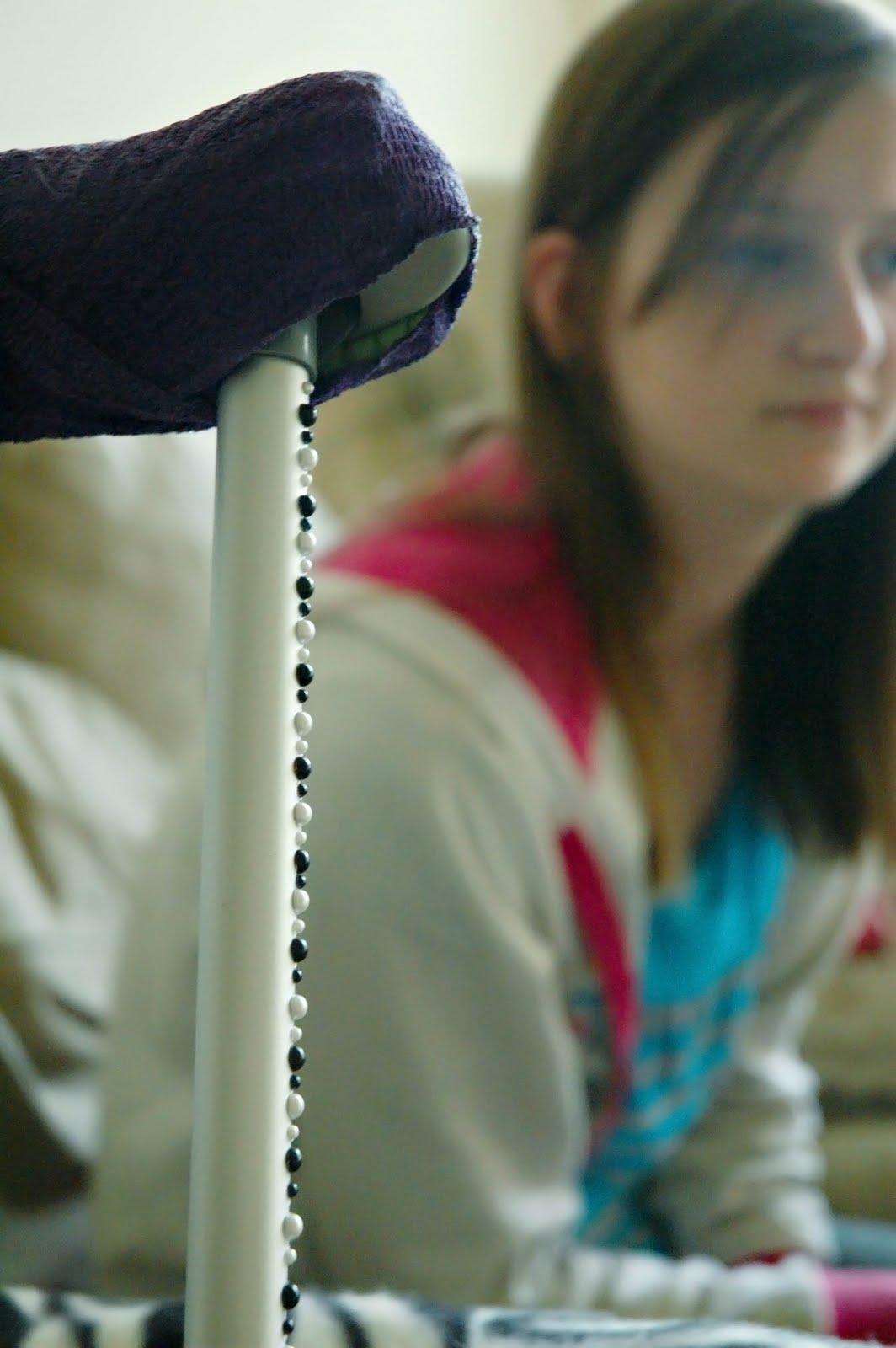 http://1.bp.blogspot.com/_UKapV3lW97Q/SwPkTkehIEI/AAAAAAAAAZQ/odFN2X17gyc/s1600/Erin+crutches.jpg