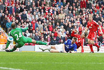 Fernando Torres (second right) of Liverpool scores past Everton goalkeeper Tim Howard
