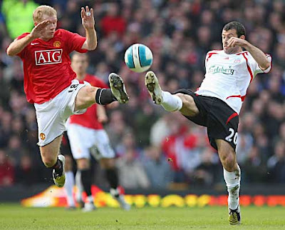 Paul Scholes of Manchester United battles for the ball with Javier Mascherano of Liverpool.