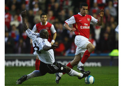 Darren Moore of Derby County challenges Robin van Persie of Arsenal