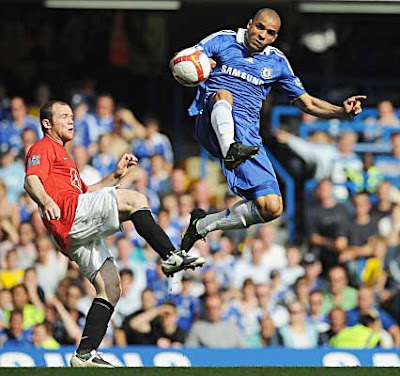 Wayne Rooney of Manchester United challenges Alex of Chelsea.