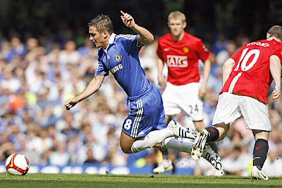 Chelsea midfielder Frank Lampard (left) is caught by Manchester United Striker Wayne Rooney.