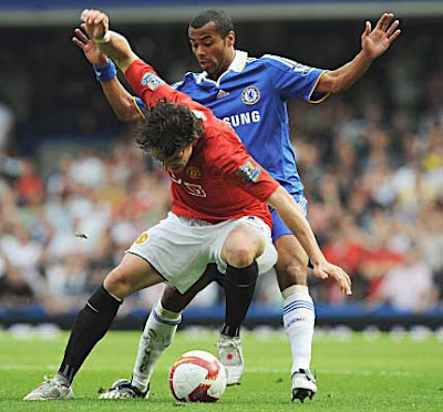 Owen Hargreaves of Manchester United holds off Ashley Cole of Chelsea during their Premier League match at Stamford Bridge on September 21, 2008 in London, England.
