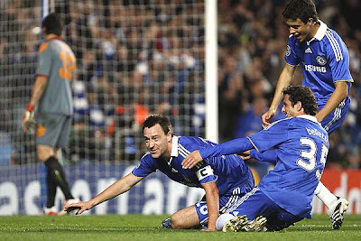 AS Roma's Matteo Brighi (bottom) collides with Chelsea's Ivorian player Salomon Kalou