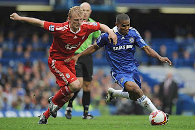 Dirk Kuyt (left) of Liverpool battles for the ball against Florent Malouda of Chelsea