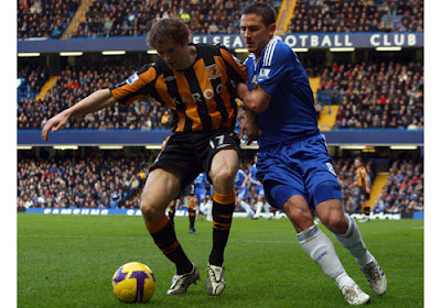 Frank Lampard of Chelsea battles for the ball with Kevin Kilbane of Hull City