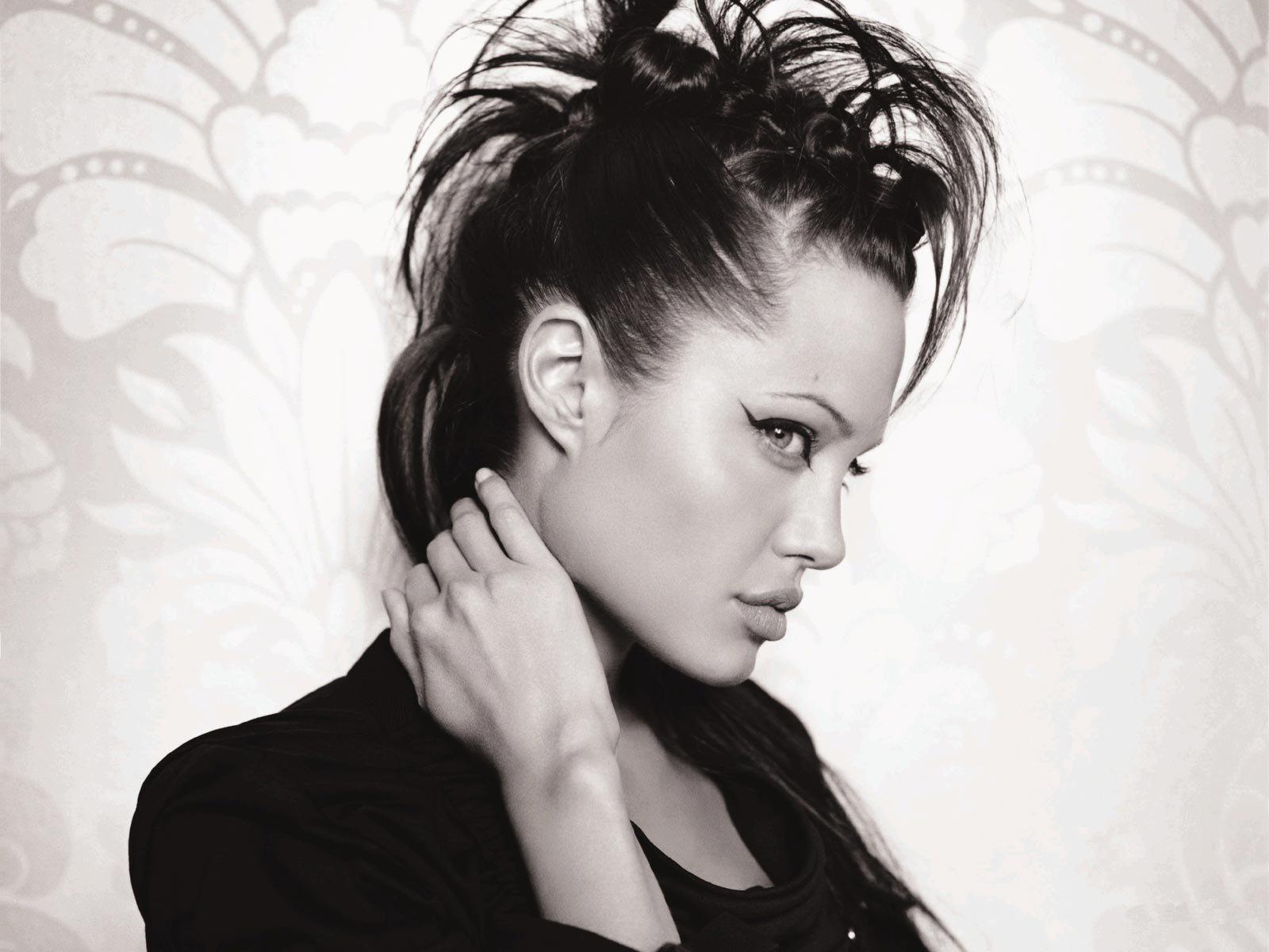http://1.bp.blogspot.com/_UNJGKYqQ4vA/TGpIcVeHn9I/AAAAAAAAAE4/vkYiVpv_Gt4/s1600/Angelina-Jolie-Wide-Screen-Wallpaper.jpg