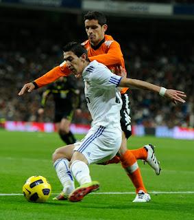 Di Maria gets the ball