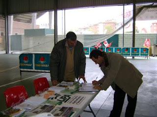 Manolo recogiendo firmas