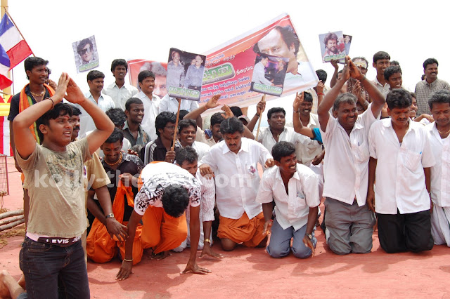 Rajini Fans Climb Hill on knees in Sholinghur for Enthiran Success - Stills