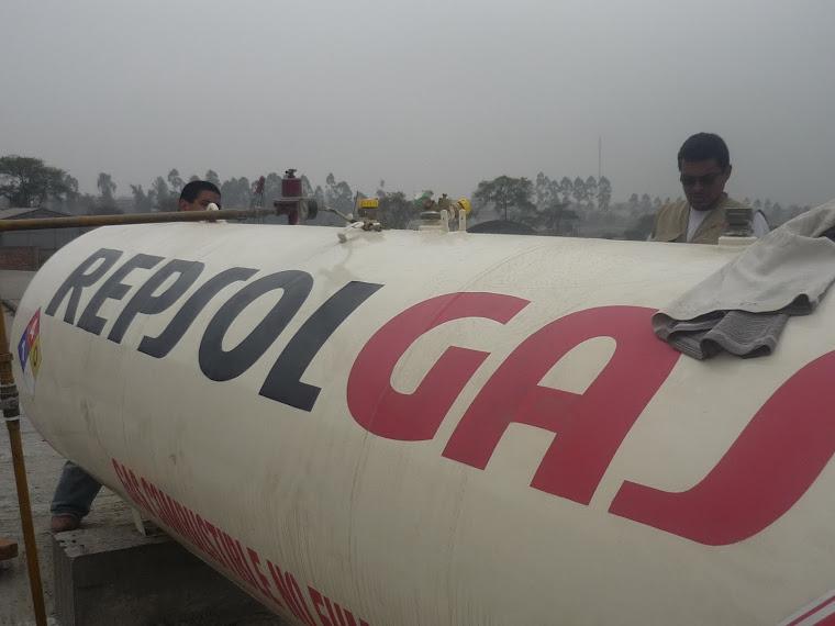 MANIOBRANDO TANQUE DE 1000 GALONES DE GAS