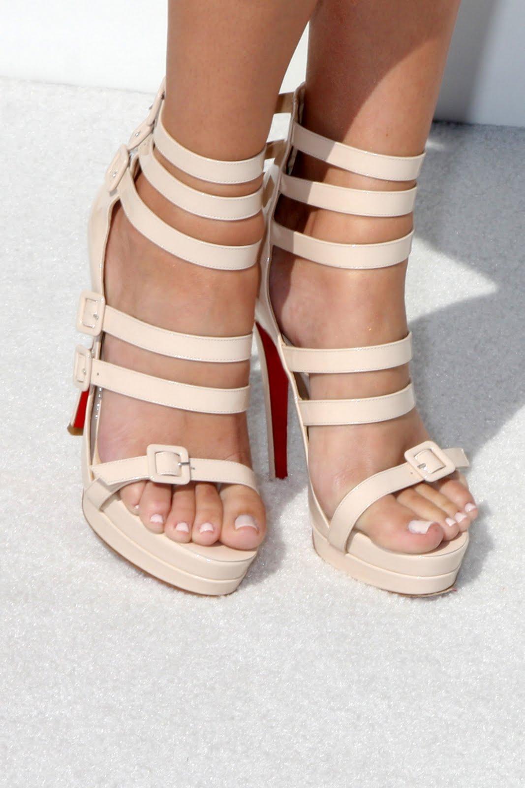 http://1.bp.blogspot.com/_UaLWp72nij4/S-2rRpQDgjI/AAAAAAAAK-Y/w7b7XIsdtPM/s1600/khloe-kardashian-feet.jpg