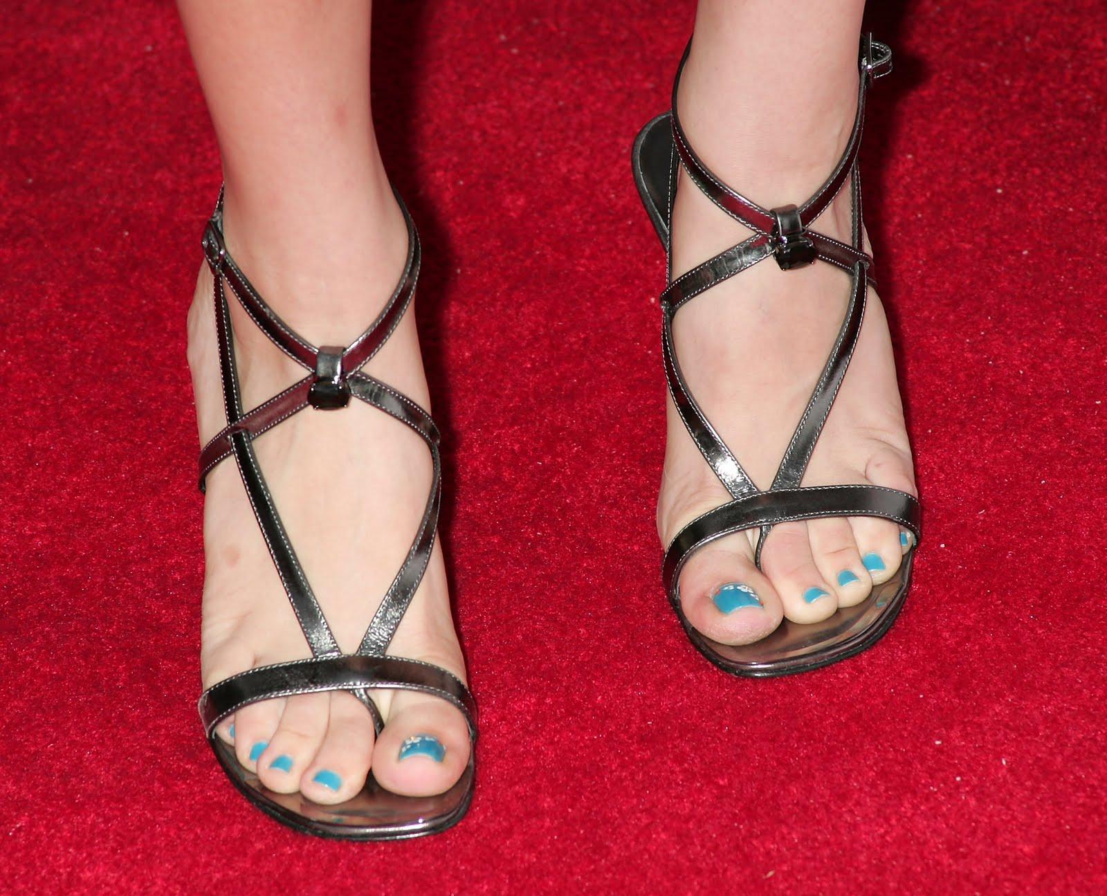 http://1.bp.blogspot.com/_UaLWp72nij4/S-RvqTsl8lI/AAAAAAAAKFQ/gwXOcoGTuuc/s1600/kaley-cuoco-feet-2.jpg