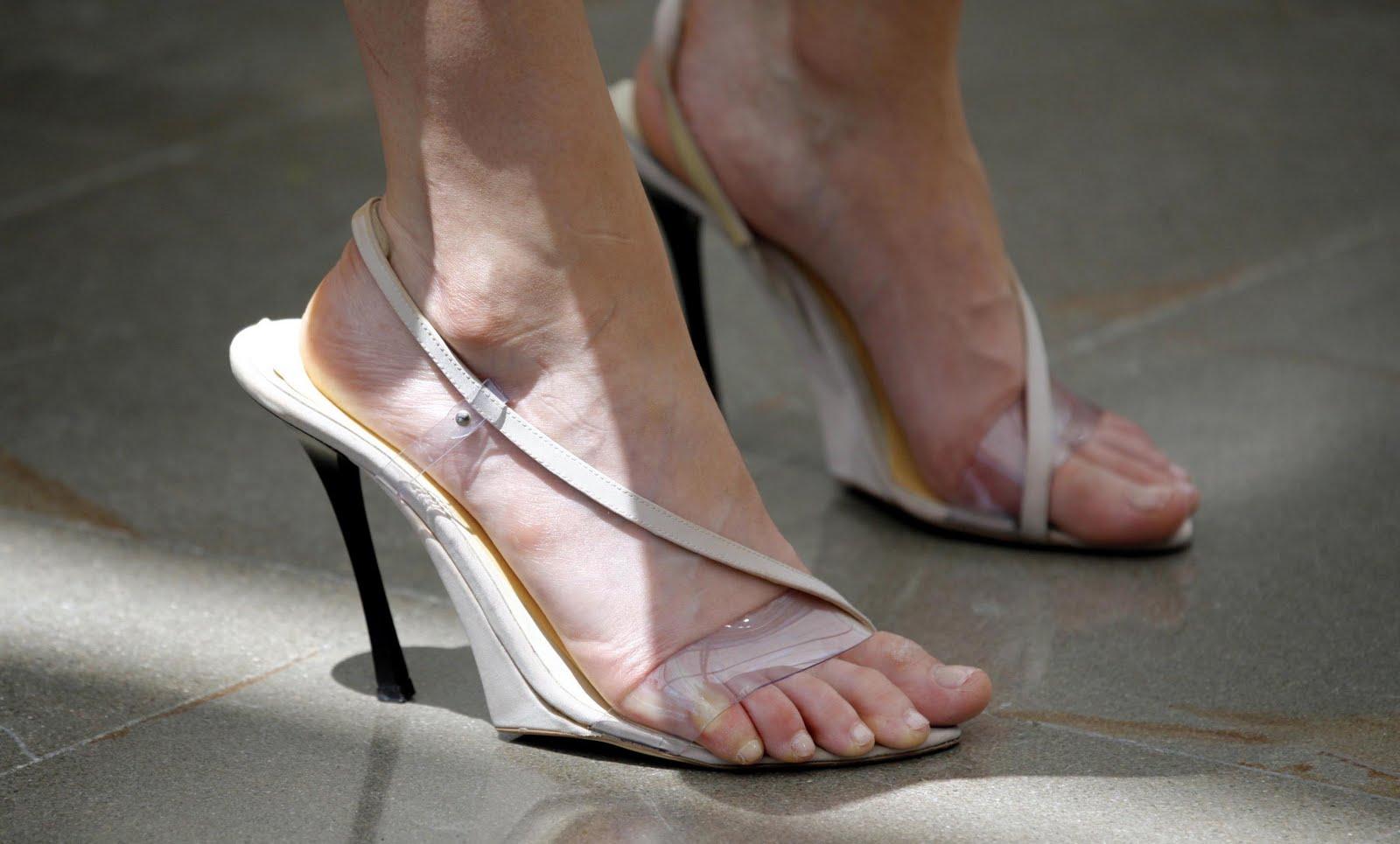 http://1.bp.blogspot.com/_UaLWp72nij4/S7uO3l8lzUI/AAAAAAAAGaQ/1ms8i1BZUrg/s1600/emily-deschanel-feet-4.jpg