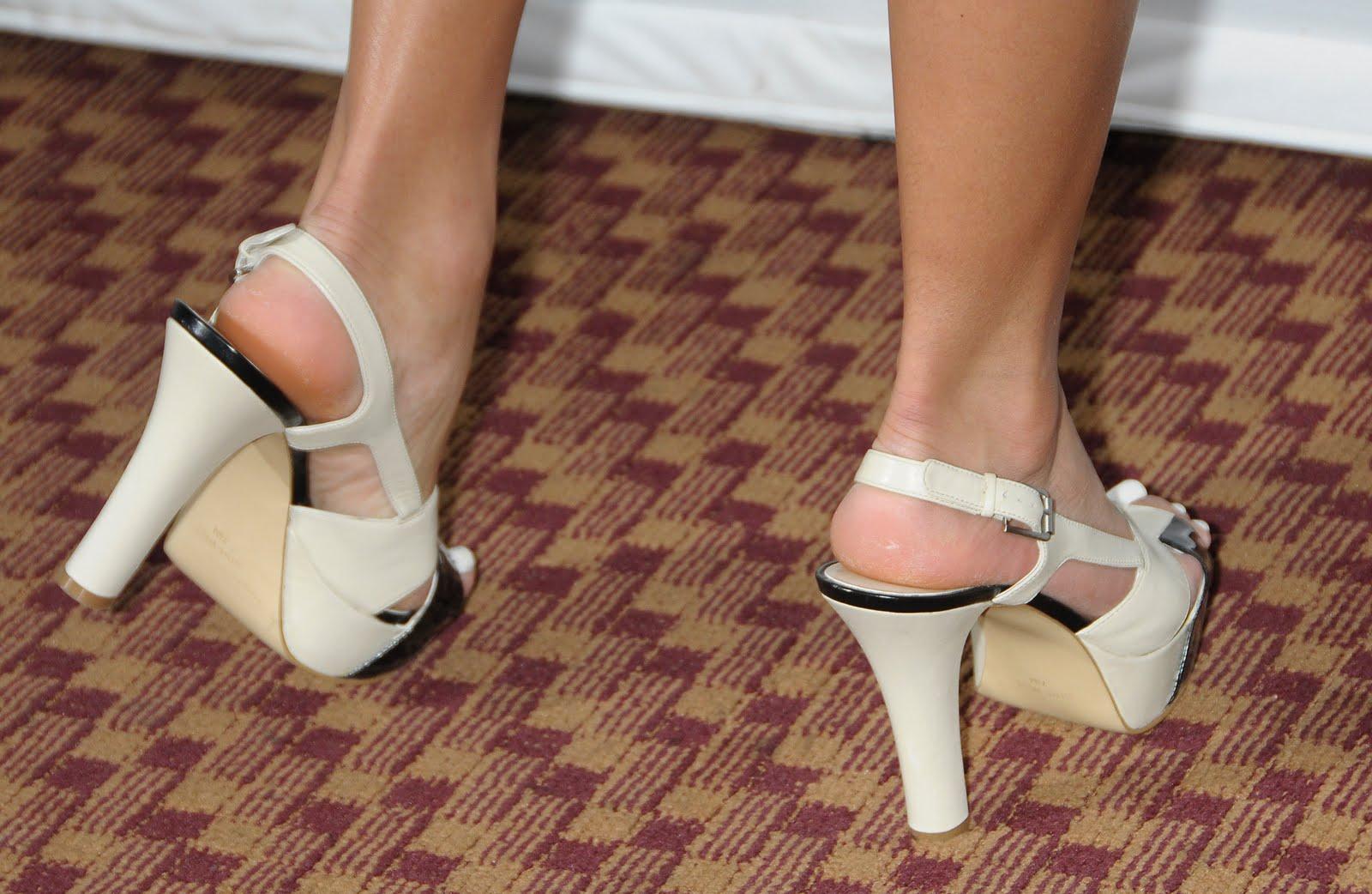 http://1.bp.blogspot.com/_UaLWp72nij4/S98sCGrTbgI/AAAAAAAAJa4/D8W2vtEl-fw/s1600/jessica-szohr-feet-5.jpg