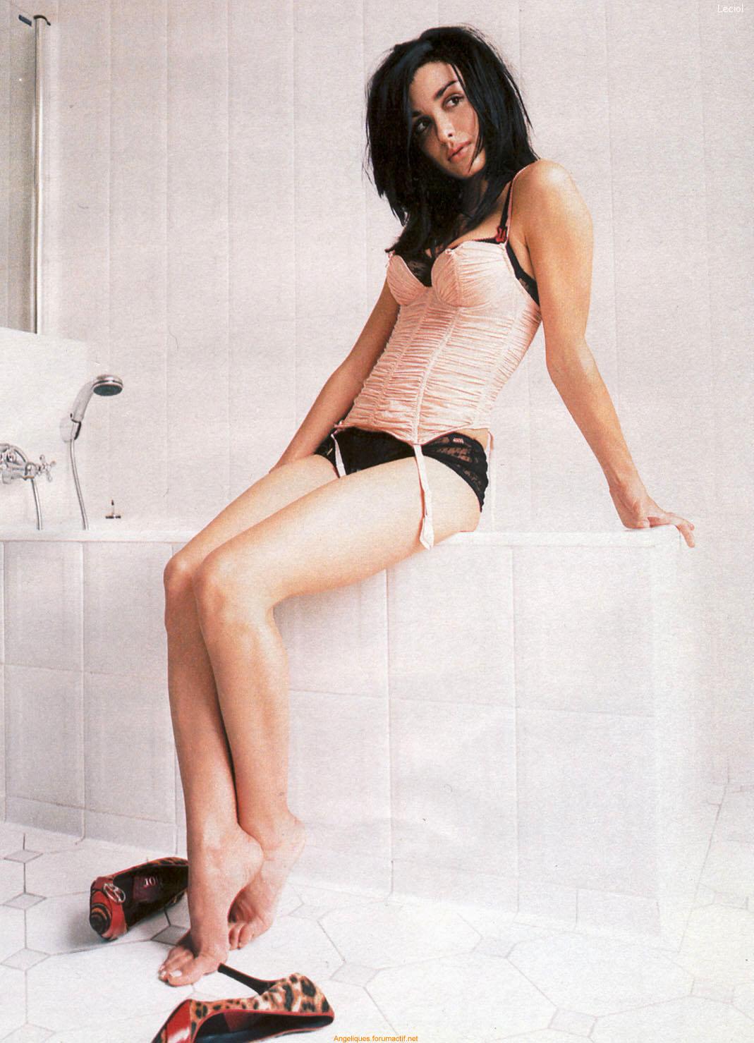 http://1.bp.blogspot.com/_UaLWp72nij4/S9dKuiZFccI/AAAAAAAAIzA/7PhweGpl6n0/s1600/jenifer-bartoli-feet.jpg