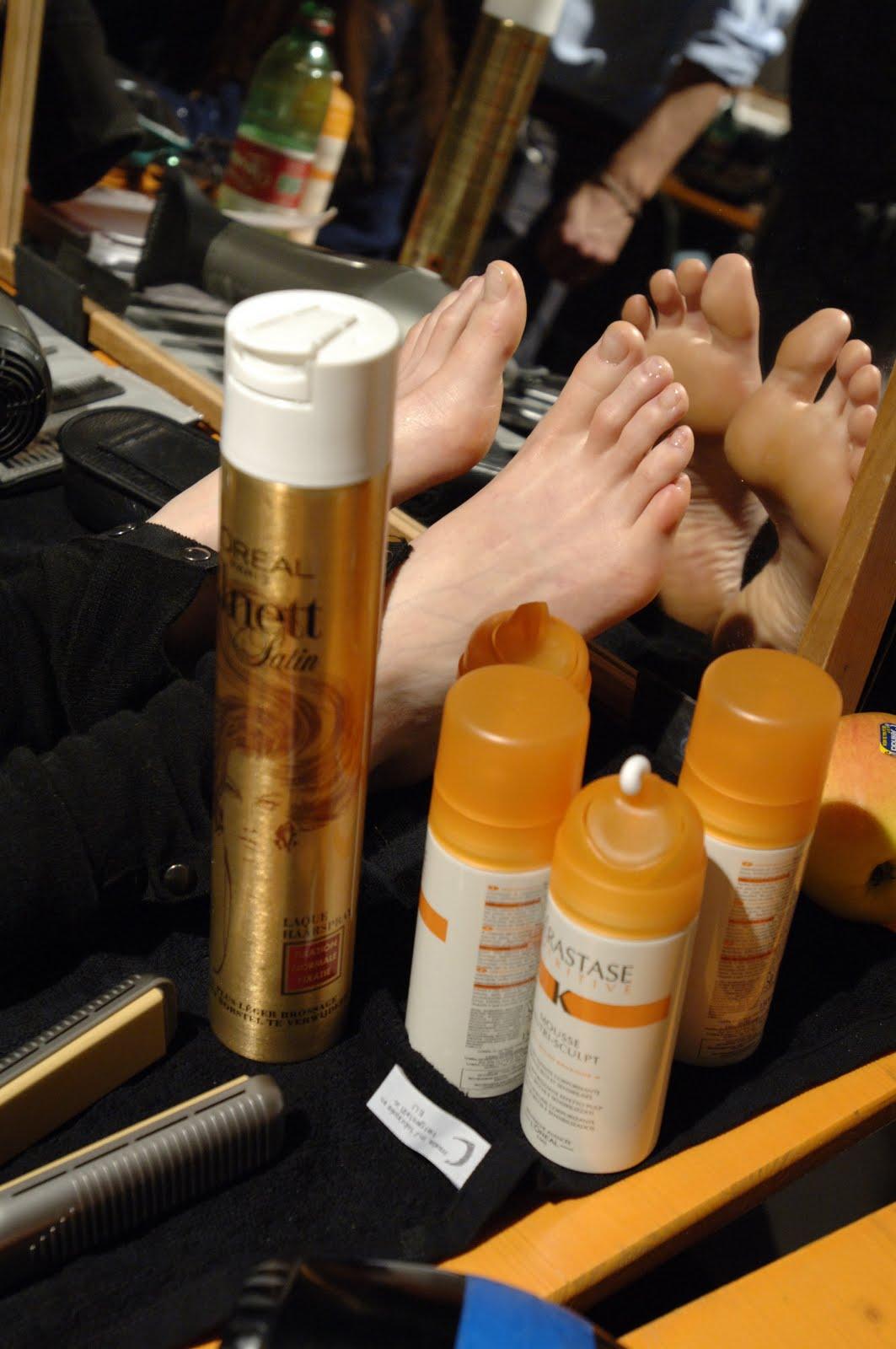 http://1.bp.blogspot.com/_UaLWp72nij4/S_WZqysexWI/AAAAAAAAL_s/M5DrU2oMB5g/s1600/lily-cole-feet-5.jpg