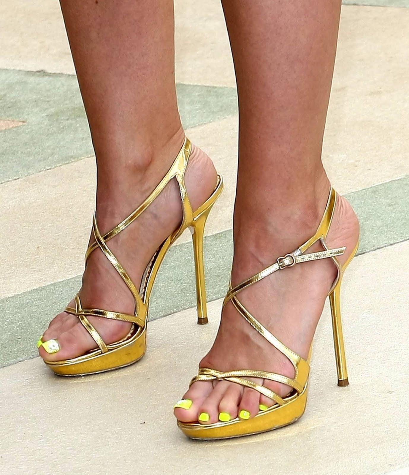 http://1.bp.blogspot.com/_UaLWp72nij4/TAlmW_gemLI/AAAAAAAAN5Q/stpKVZ0cLZ0/s1600/mena-suvari-feet-4.jpg