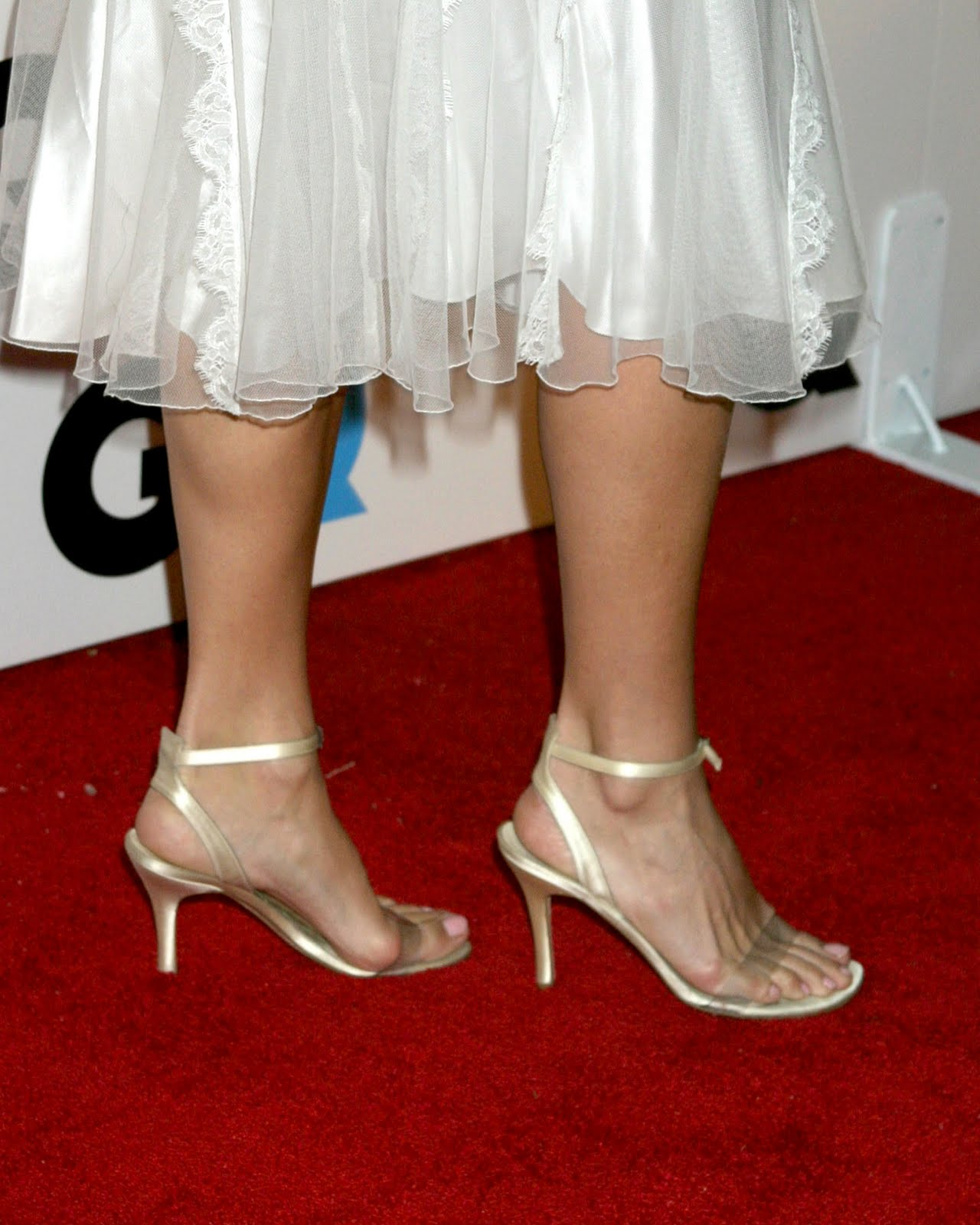 http://1.bp.blogspot.com/_UaLWp72nij4/TBKbT0vp1aI/AAAAAAAAOnQ/kjbZMVi5UuQ/s1600/molly-sims-feet-3.jpg
