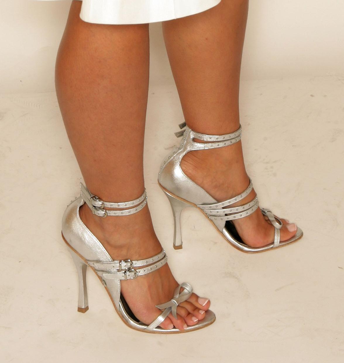 http://1.bp.blogspot.com/_UaLWp72nij4/TBqCHVSfZMI/AAAAAAAAPSA/LHrHaN4uGpA/s1600/nelly-furtado-feet.jpg