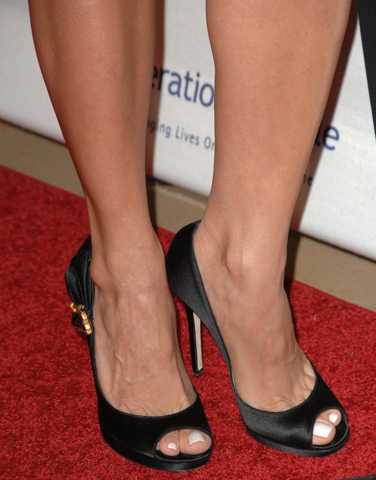 http://1.bp.blogspot.com/_UaLWp72nij4/TDep4FAvmnI/AAAAAAAAQ2w/pNOJo7tw-2I/s1600/roselyn-sanchez-feet-2.jpg