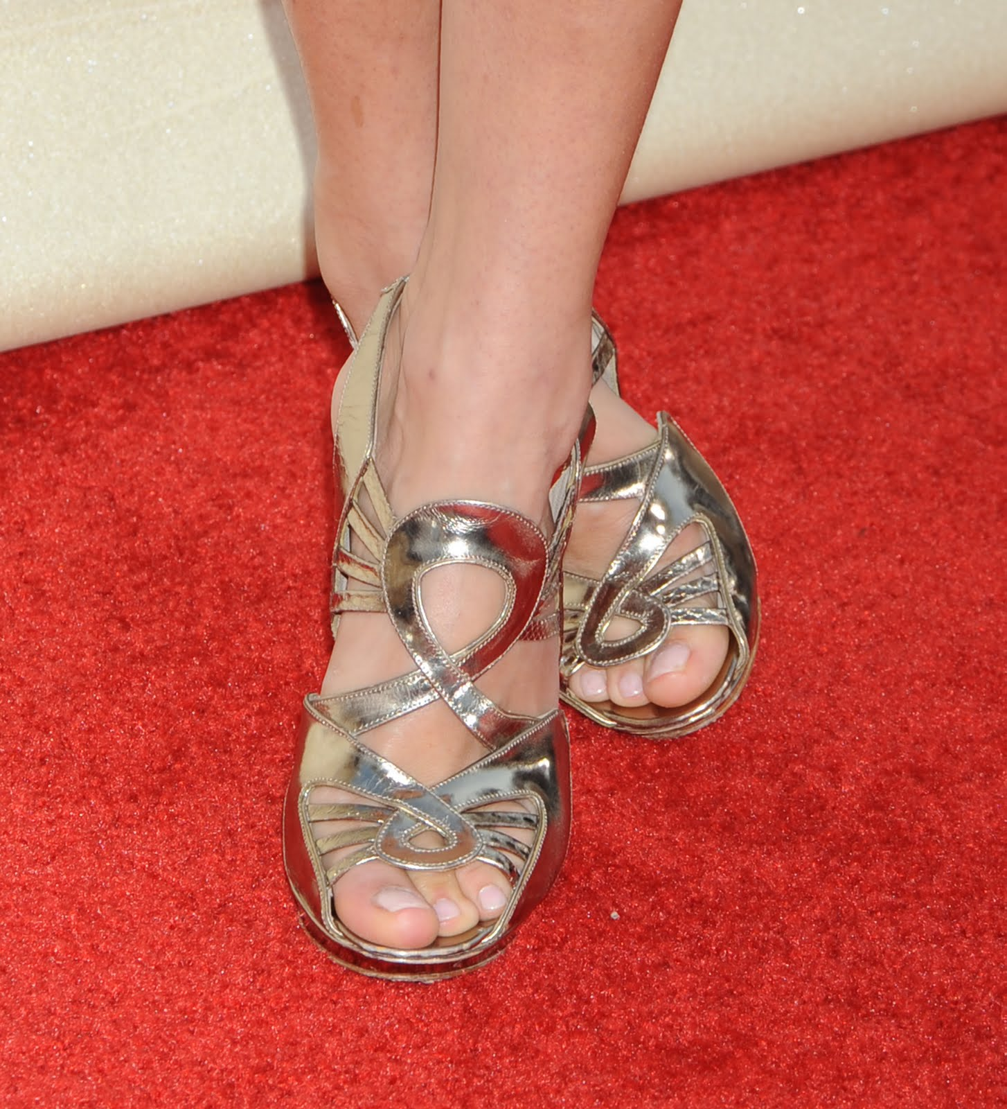 http://1.bp.blogspot.com/_UaLWp72nij4/TEdaVFAbGgI/AAAAAAAAR5k/sTeNY336fTI/s1600/sienna-miller-feet-4.jpg