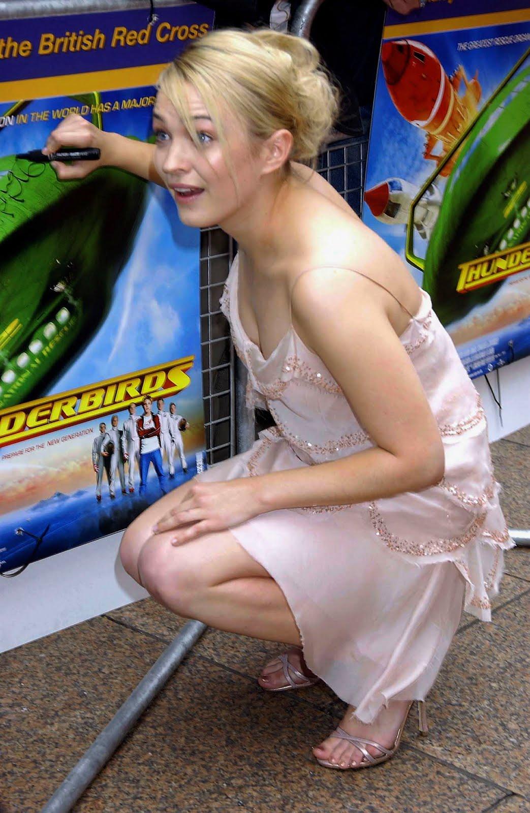 http://1.bp.blogspot.com/_UaLWp72nij4/TEirbAZuA2I/AAAAAAAASAs/q6I1u9sjjVE/s1600/sophia-myles-feet-3.jpg