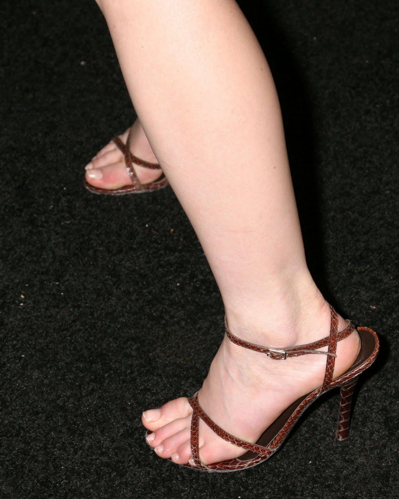 http://1.bp.blogspot.com/_UaLWp72nij4/TFHliZbIzhI/AAAAAAAASi8/AOmFDK_z9nE/s1600/tara-reid-feet-5.jpg