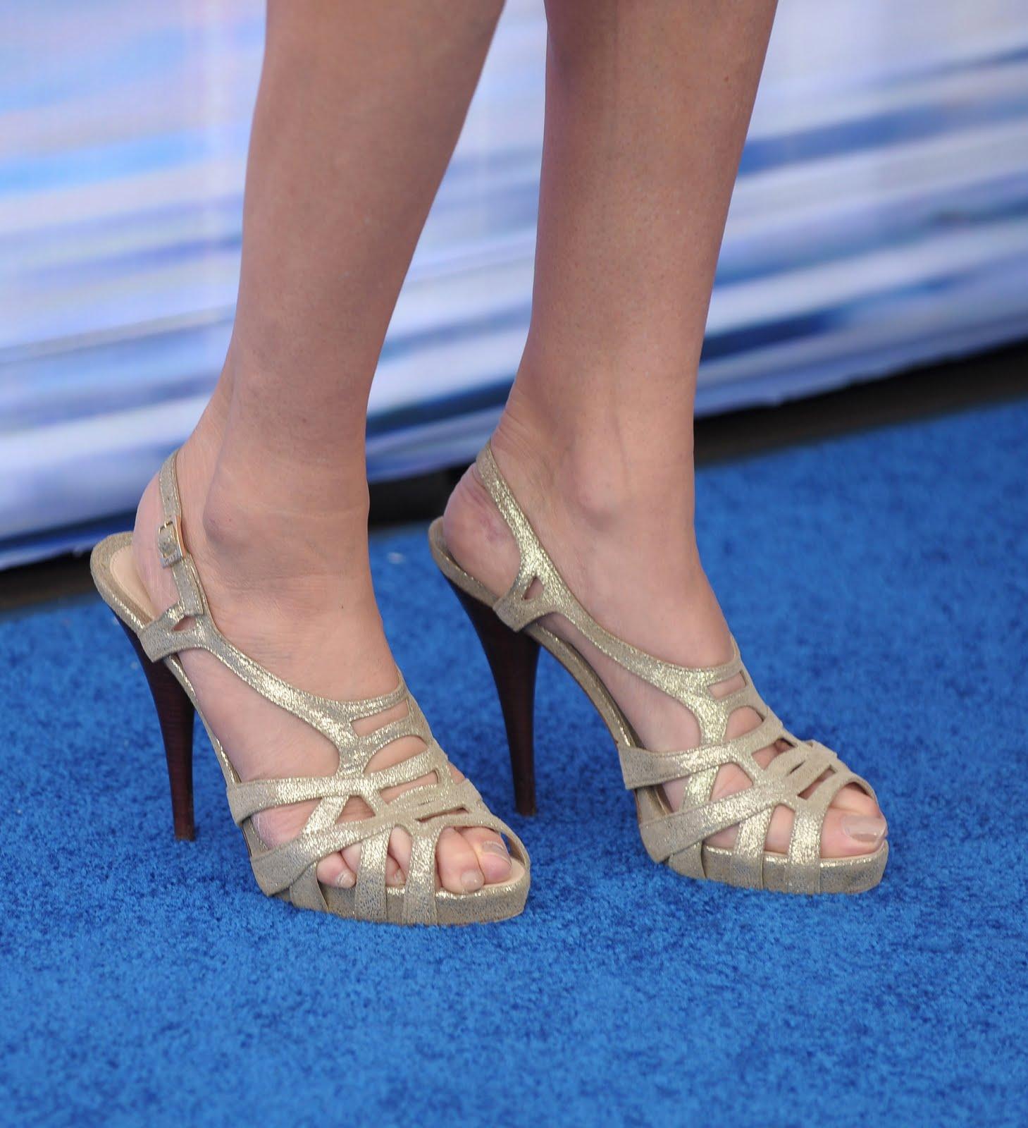 http://1.bp.blogspot.com/_UaLWp72nij4/TFM2OsmRr7I/AAAAAAAASrw/JRyYmr36RXA/s1600/teri-hatcher-feet-pic.jpg