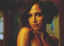 Camila Pitanga interpretando filme sobre Noel Rosa.