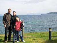 Die Reisegruppe in Taupo vor selbigem See