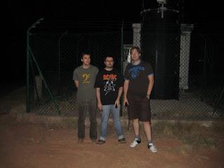 Ito, Piluh y Robert al lado del repetidor