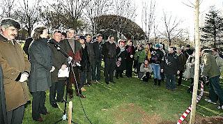 El alcalde de Logroño, Tomás Santos, y el de Zugarramurdi, Jesús Aguerre, acompañados de otras autoridades y vecinos, durante el acto de conmemoración del 400 aniversario del auto de fe